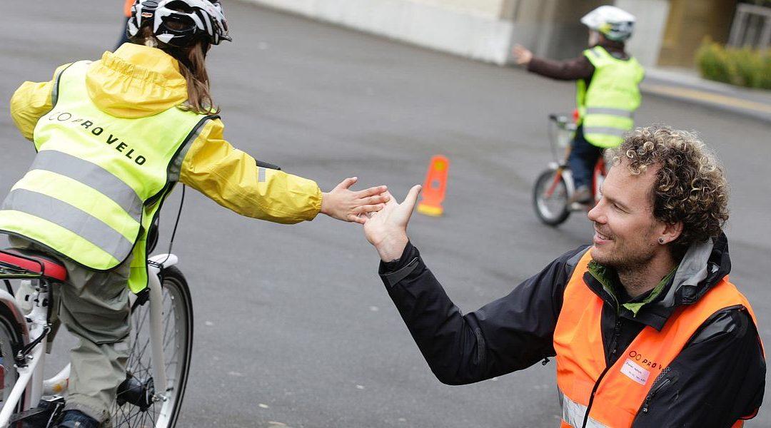 Cours de conduite à vélo en famille